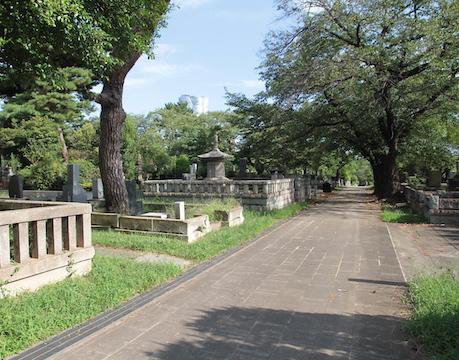 お盆に都内青山霊園で、有名人のお墓を参拝