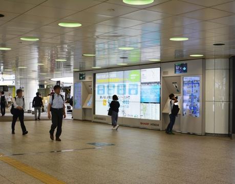 多言語対応地図サイネージが支えるインバウンド政策:新宿駅西口広場の大型地図サイネージ